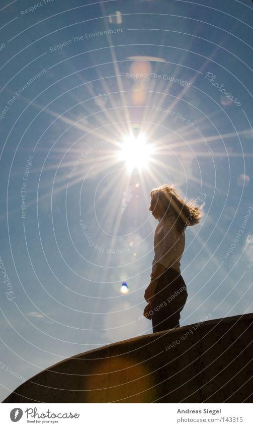 BLN 08 | 07 Gegen die Sonne Frau Jugendliche Himmel dreckig Beton Ecke stehen Gegenlicht Sonnenstrahlen Fleck Am Rand Blendenfleck Lichtfleck