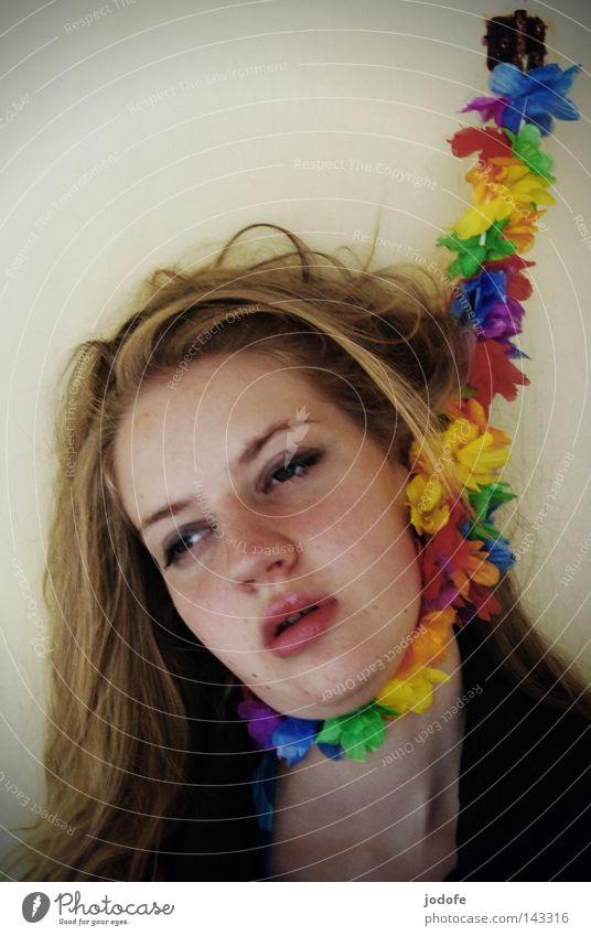 Skandal Frau feminin Lebewesen mehrfarbig trist aufgereiht geschminkt eitel Mensch erhängen wüst verwüstet Haken Wand Trauer seltsam träumen Alptraum aufwachen