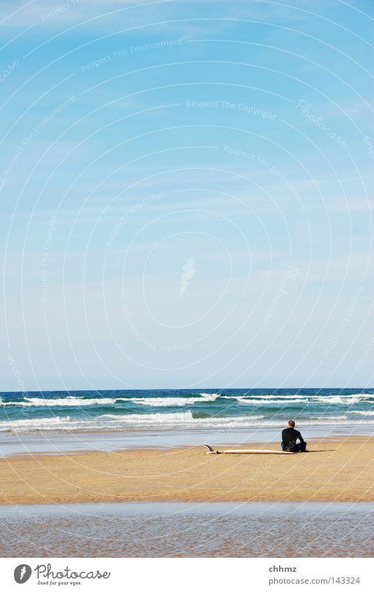 Mal gucken Surfen Surfbrett Meer See warten Brandung Wasser Wellen Strand Sommer Einsamkeit sitzen Ferne Blick Pause Erholung genießen Landzunge Neopren