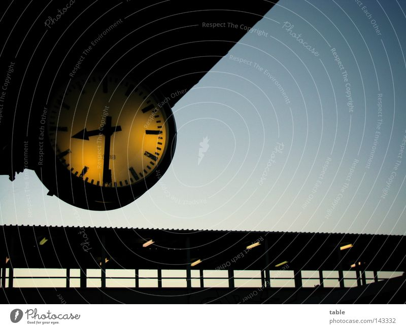 zu spät... Himmel Ferien & Urlaub & Reisen Lampe Business warten fliegen Zeit leer Brücke fahren Dach Uhr Vergänglichkeit Bahnhof Langeweile Verabredung