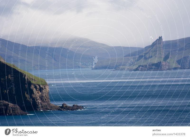 Natur blau schön Meer Landschaft Umwelt Gras Küste Stein Felsen kahl Klippe typisch Føroyar