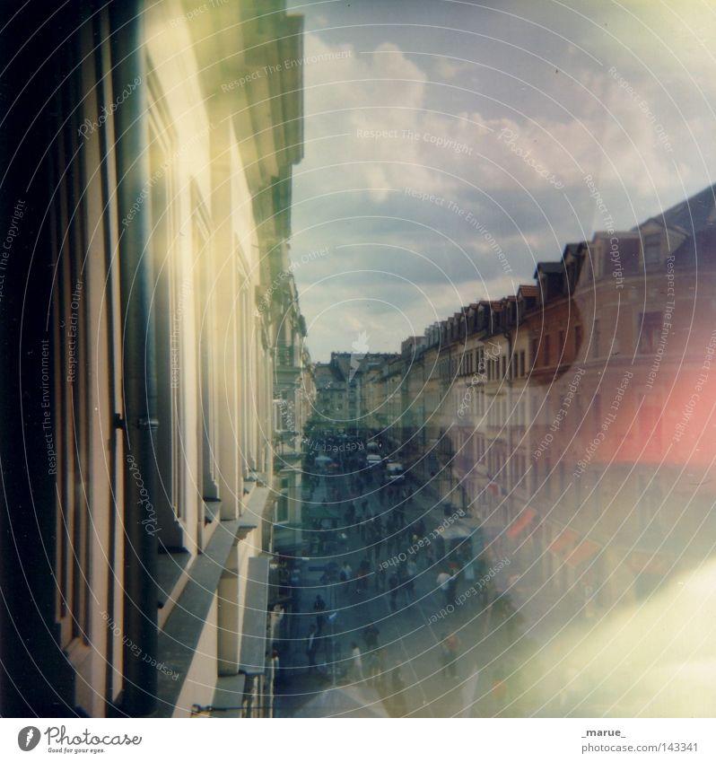 Robu 32 Dresden Neustadt Stadt Stadtteil Stadtzentrum Straße Haus Straßenbahn Balkon Fenster Spiegel Reflexion & Spiegelung Himmel blau rot gelb Wolken