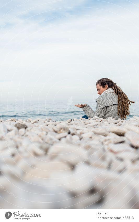 Steine fühlen Mensch Frau Himmel Natur Ferien & Urlaub & Reisen Sommer Meer Erholung Wolken ruhig Strand Erwachsene Umwelt Leben feminin Stil