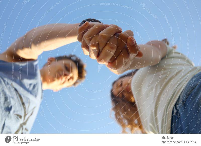 ...gibt nach ! Lifestyle maskulin feminin Paar Partner Hand 2 Mensch Wolkenloser Himmel berühren Vertrauen Sympathie Freundschaft Zusammensein Liebe Versöhnung