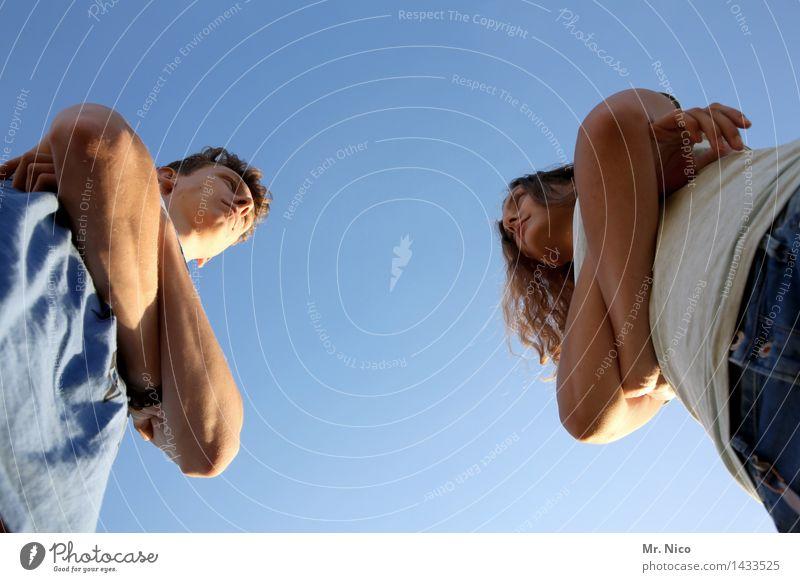 der klügere... Lifestyle maskulin feminin Partner Arme 2 Mensch Wolkenloser Himmel beobachten stehen Konflikt & Streit Wut gereizt verschränken Gesprächspartner