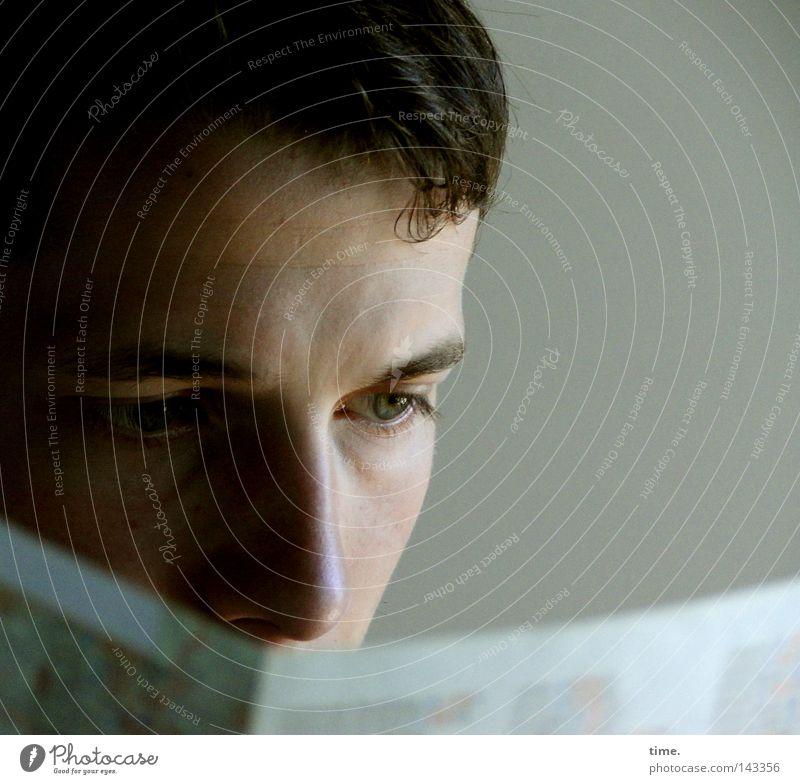 Die Konzentration Mann Jugendliche Gesicht Erwachsene maskulin Nase Papier lesen Zeitung Information Wissen Zeitschrift Printmedien kurzhaarig Druckerzeugnisse