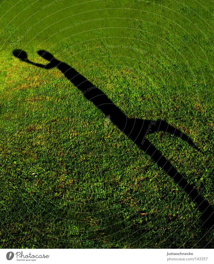 Der Theodor....... Schatten Rasen Sportrasen Gras Wiese Ball Fußball Torwart Elfmeter Kind Kindheit Junge Ballsport Spielen Sportveranstaltung Konkurrenz