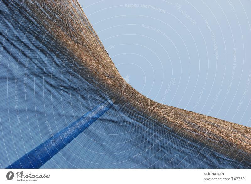 Am Boden des Trampolins Himmel blau Spielen springen Freizeit & Hobby fliegen liegen Netz fallen Stab aufmachen himmelblau Funsport Trampolin