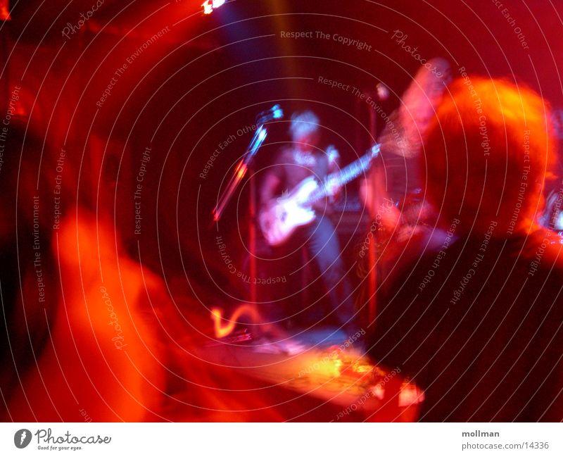 lonely bassman Konzert Menschengruppe Kontrabass Licht