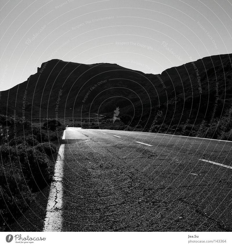 a´way Straße Einsamkeit Teneriffa grell Ferne Verkehrswege Schwarzweißfoto Sommer