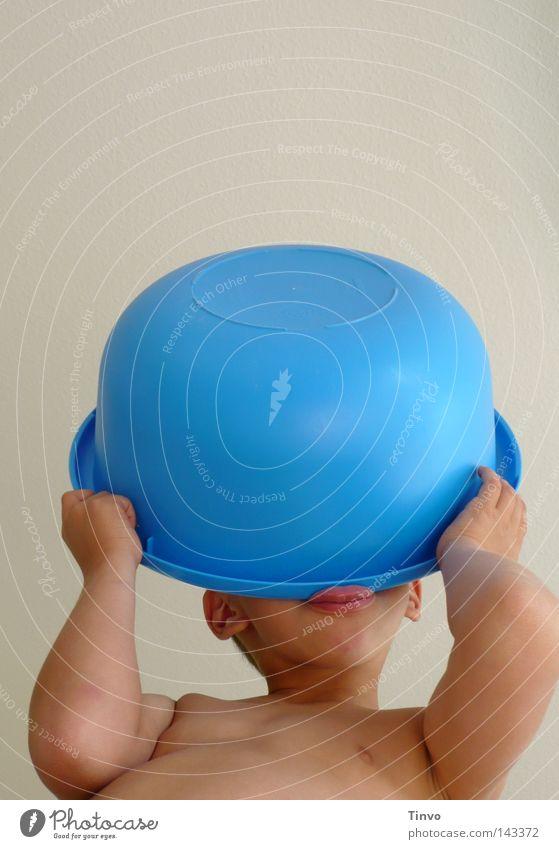 Spielkind Kind Hand weiß blau Freude Spielen Junge Arme Haut trinken Ohr Lippen festhalten Kunststoff entdecken verstecken