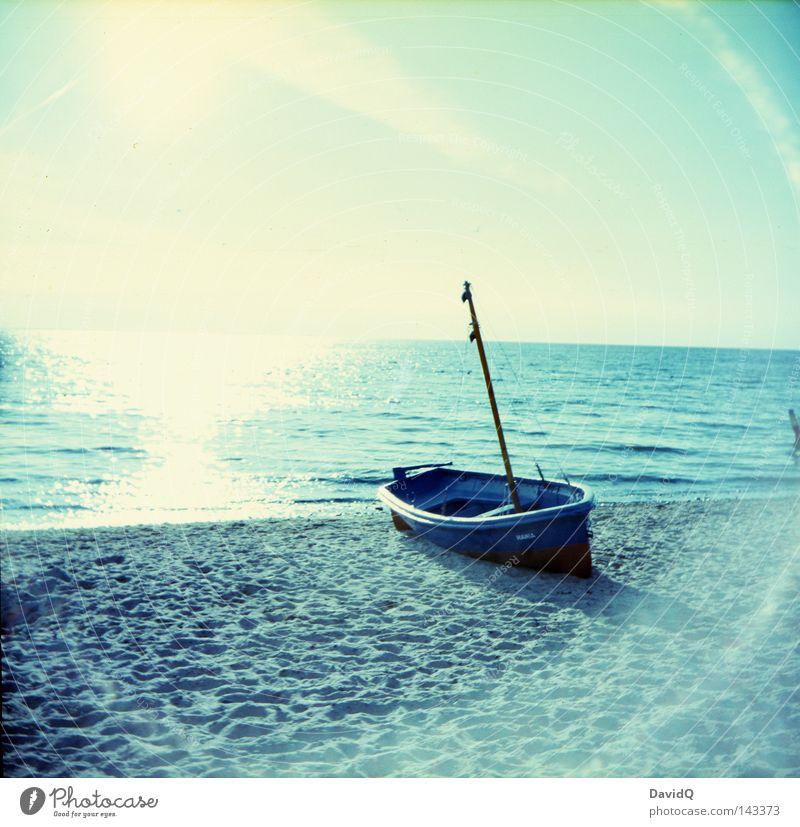 gestrandet Meer Gewässer Strand Sandstrand Badestelle Küste Wolken Horizont Sommer Wasserfahrzeug Fischerboot Licht Strahlung Lomografie Ostsee Kahn Angeln
