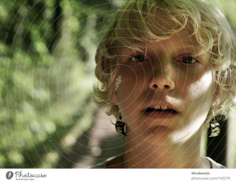 """""""Ich darf mit nach Berlin?!"""" Mädchen Jugendliche Kind Haare & Frisuren Nase Mund offen Ohrringe Zähne Auge Pony Wiese Wege & Pfade Schatten Licht grün hell"""