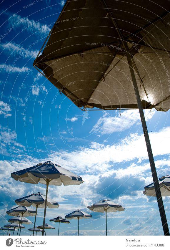 Riesen-Cocktail Himmel Meer blau Sommer Strand Ferien & Urlaub & Reisen Küste Perspektive Reisefotografie außergewöhnlich Sonnenschirm Schirm fremd außerirdisch