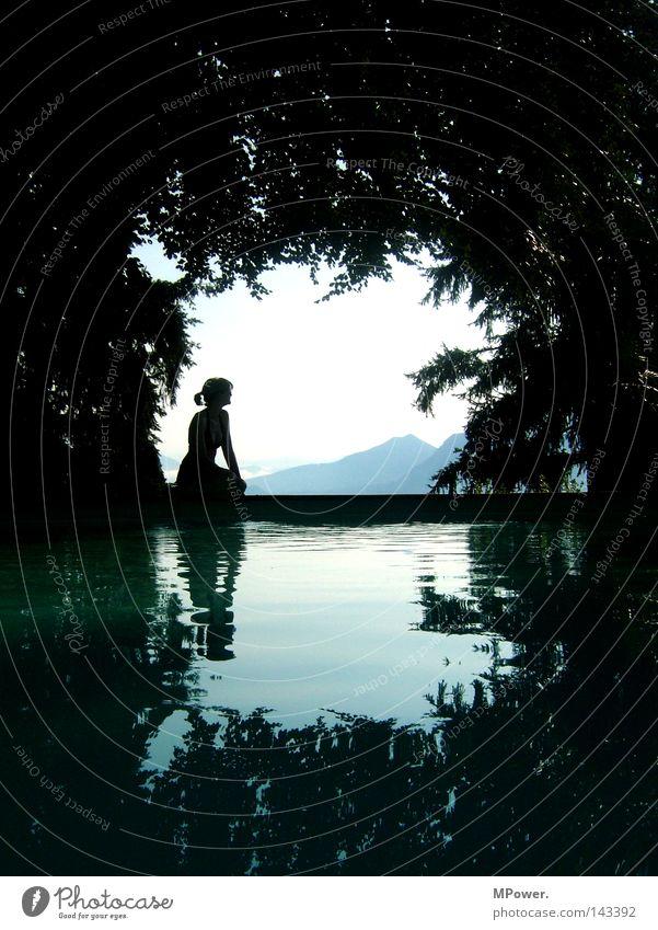 lago maggiore Frau Himmel Natur Wasser schön Baum Sommer Meer schwarz Ferne Wald Berge u. Gebirge Landschaft Erwachsene träumen See