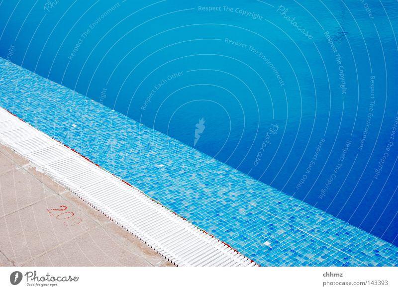 Diagonal Sommer Schwimmbad Wasser nass blau azurblau Fliesen u. Kacheln Ecke Am Rand Überleitung Wasserrinne Farbfoto Außenaufnahme Textfreiraum oben Tag