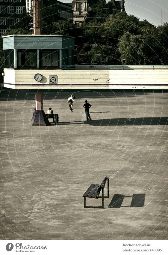stilleben mit bank ruhig Freizeit & Hobby Spielen Sommer Uhr Sport Schulhof Wärme Park Platz Verkehrswege Beton Langeweile Zeit Bank Nachmittag Physik