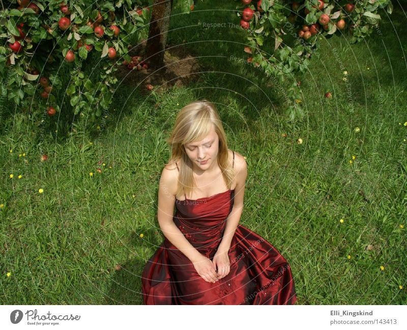 Das Apfelmädchen Apfelbaum rot grün Kleid lang Rasen blond Frau sitzen Gras Garten Wiese gelb Trauer Denken gefaltet reif schön Pauline Traurigkeit