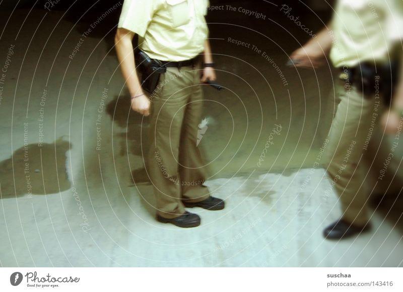 konfliktberatung Baustelle Beton Mensch Beine Beamte Delikt ungesetzlich Polizist Gesetze und Verordnungen Verwarnung Verbote Belehrung Öffentlicher Dienst Mann