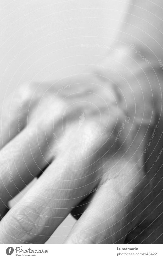 Was nun? Hand Handrücken Finger Oberfläche Skelett Gefäße dünn nah Intimität gestikulieren Aktion Ausdauer Schwarzweißfoto Fingerknöchel Fußknöchel Haut