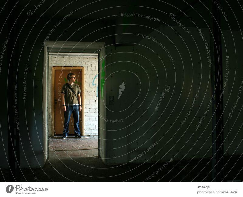 Rumstehn Mensch Mann alt schwarz Einsamkeit dunkel Raum warten Tür stehen verfallen Erwartung Rahmen