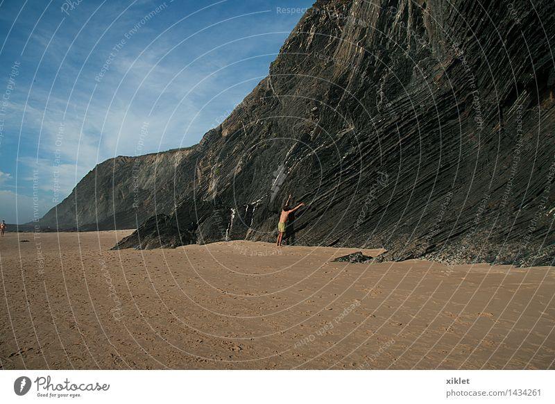 Mann Meer Strand Ferien & Urlaub & Reisen Sand braun Sonne Felsen nackt Erholung Himmel blau Wolken schwarz strecken Arme Körper Blei Klettern sportlich Sport