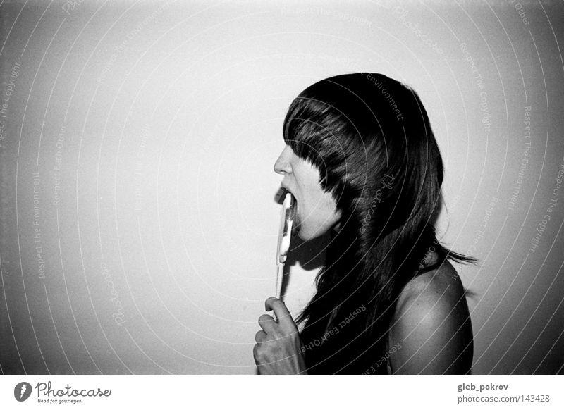 Beschädigung Schwarzweißfoto Süßwaren Frau Müll Kunst Kunstausstellung Porträt Hand Bonbon Bekleidung Haare & Frisuren Kulisse Licht Lichterscheinung Russland