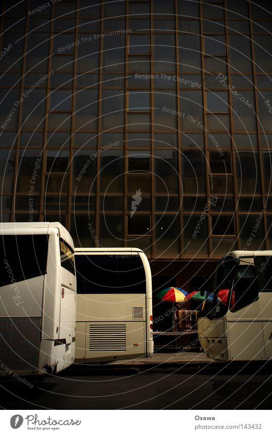 Marktlücke Palermo Sizilien Italien Straße weiß Bus Reisebus Linienbus leer Buden u. Stände Marktstand Sonnenschirm Schirm mehrfarbig Regenbogen Fassade