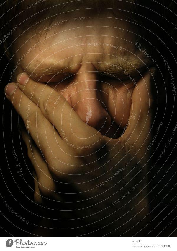 . Porträt Mensch Mann Kerl Hand dunkel schwarz Licht Beleuchtung erleuchten Schatten Trauer trist Gefühle Krankheit Seele verarbeiten Falte weinen