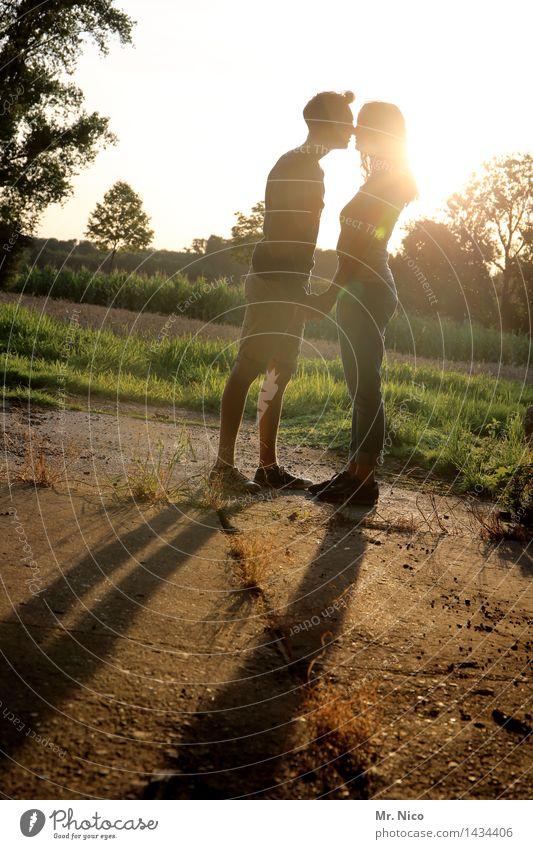 and kiss me Junge Frau Jugendliche Junger Mann Paar Partner 2 Mensch Umwelt Natur Schönes Wetter berühren Küssen stehen Glück Warmherzigkeit Sympathie