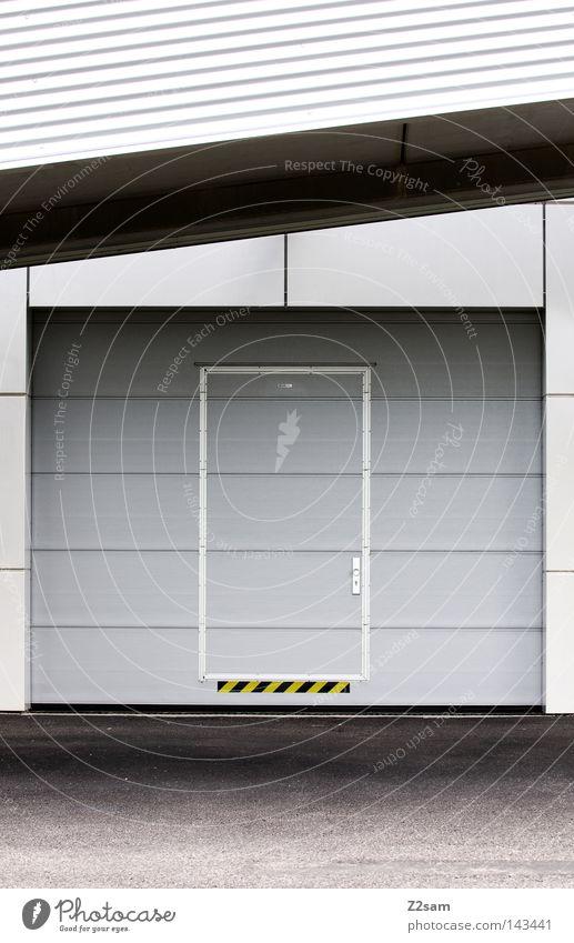 Die Schönheit der Einfachheit schön weiß gelb Linie Metall Tür Beton Industrie einfach Asphalt Mitte Tor Eingang silber edel