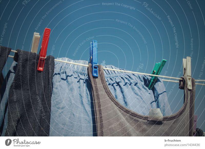 Aufhänger Häusliches Leben Garten Himmel Wolkenloser Himmel Bekleidung Unterwäsche alt blau Wäsche Wäscheleine wäscheschnur Wäscheklammern Seil aufhängen