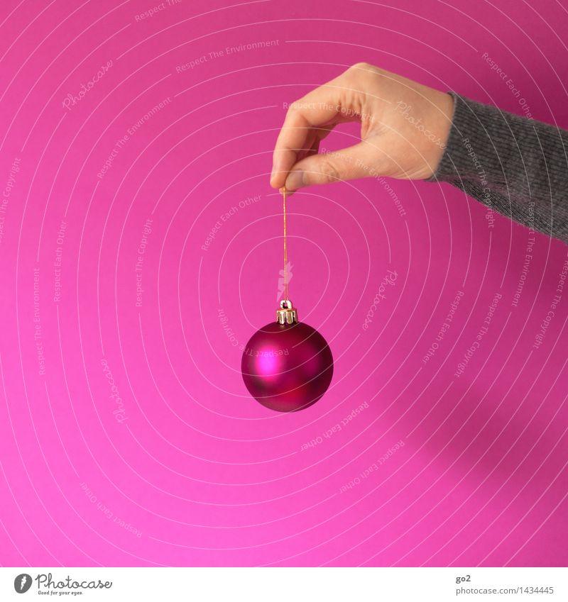 Pinke Weihnachten Weihnachten & Advent Mensch Erwachsene Hand Finger Dekoration & Verzierung Kitsch Krimskrams Christbaumkugel festhalten ästhetisch rosa