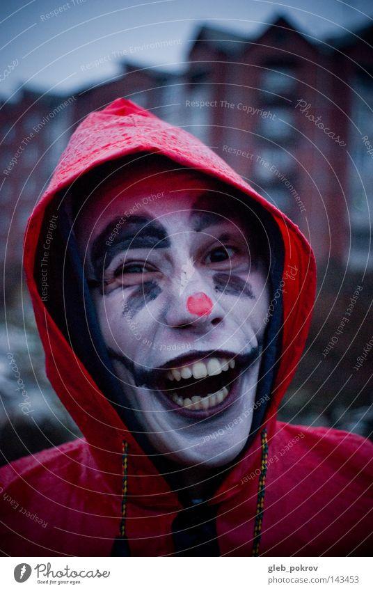 Mensch Mann rot Freude Straße dunkel Kopf Luft Regen lustig Nase Bekleidung Zähne Porträt Müll Karneval