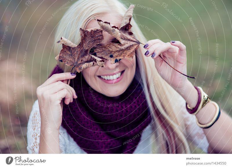 bedeckt gehalten feminin Junge Frau Jugendliche Erwachsene Kopf Haare & Frisuren Gesicht Hand Finger 1 Mensch 18-30 Jahre Landschaft Herbst vertrocknete Blätter