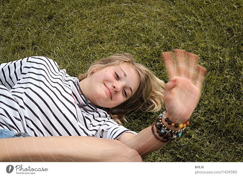 Winke, winke... feminin Junge Frau Jugendliche Familie & Verwandtschaft Natur Frühling Sommer Wiese Freude Glück Fröhlichkeit Zufriedenheit Lebensfreude
