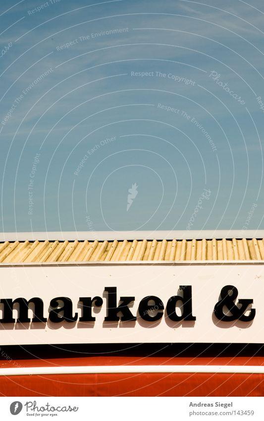 marked & Himmel Dach Schriftzeichen schwarz weiß rot blau Hochformat Text Buchstaben Markise Streifen Blech Metall Wolkenschleier Typographie bleich Schatten