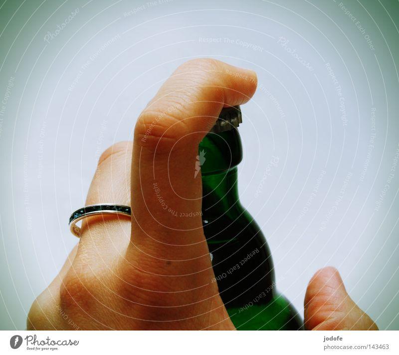 beschlagnahmt. Mensch grün Hand feminin Feste & Feiern Glas Glas geschlossen Finger trinken festhalten Hautfalten Gastronomie Bier Ring Flüssigkeit