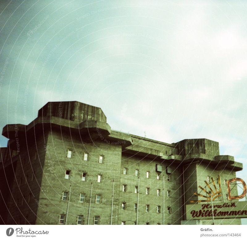 Es ward Dom Heiligengeistfeld dunkel Wolken Fenster bedrohlich unheimlich Fröhlichkeit Jahrmarkt Hochbunker Bauwerk Sicherheit Wahrzeichen Eingang Buchstaben