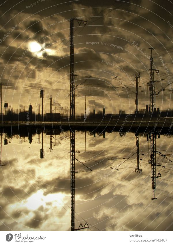 Atlantis HBf Apokalypse Bahnsteig Berufsverkehr Pendler Pfütze Reflexion & Spiegelung Gegenlicht Oberleitung Elektrizität Gleise Eisenbahn Wolken dramatisch