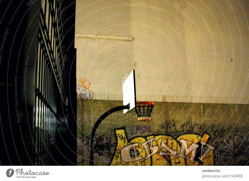 Basketball ohne Blitz Korb Kreis Ring werfen 3 Spielen Straßenkunst Ballsport Sport Freizeit & Hobby Spielplatz Zeitvertreib Aufschrift Graffiti Wand Haus