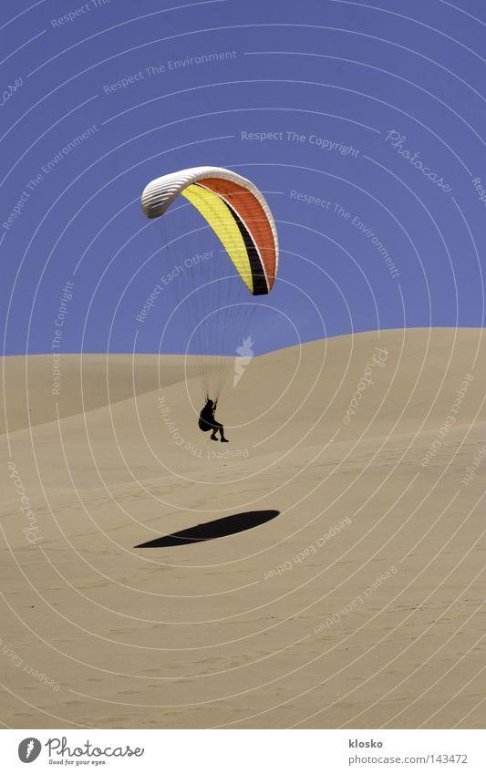 Wüstenparaglider Ferien & Urlaub & Reisen Sport Spielen Sand fliegen Aktion Luftverkehr Reisefotografie Afrika Freizeit & Hobby dünn sportlich Flugzeuglandung