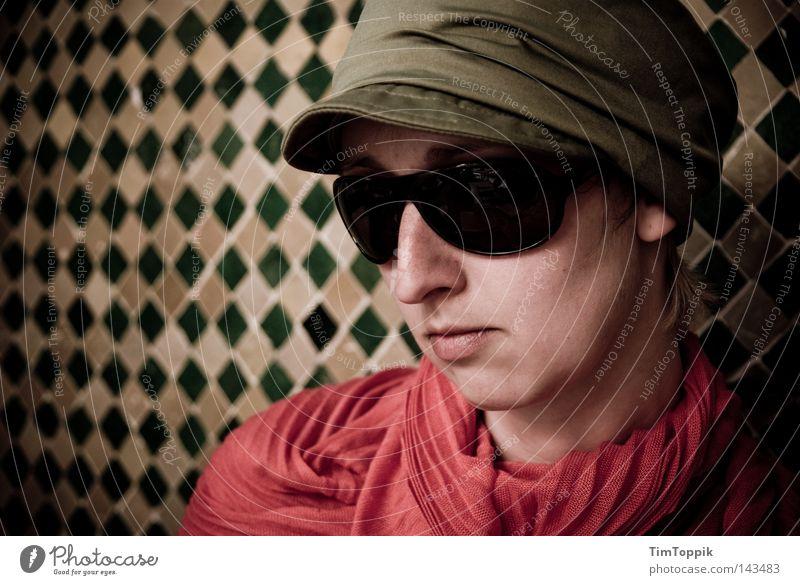 Operation Marrakech Frau Porträt Mütze Baseballmütze Schal Halstuch Sonnenbrille Brille Wand Mosaik Naher und Mittlerer Osten Marokko Agent Spitzel Kennwort