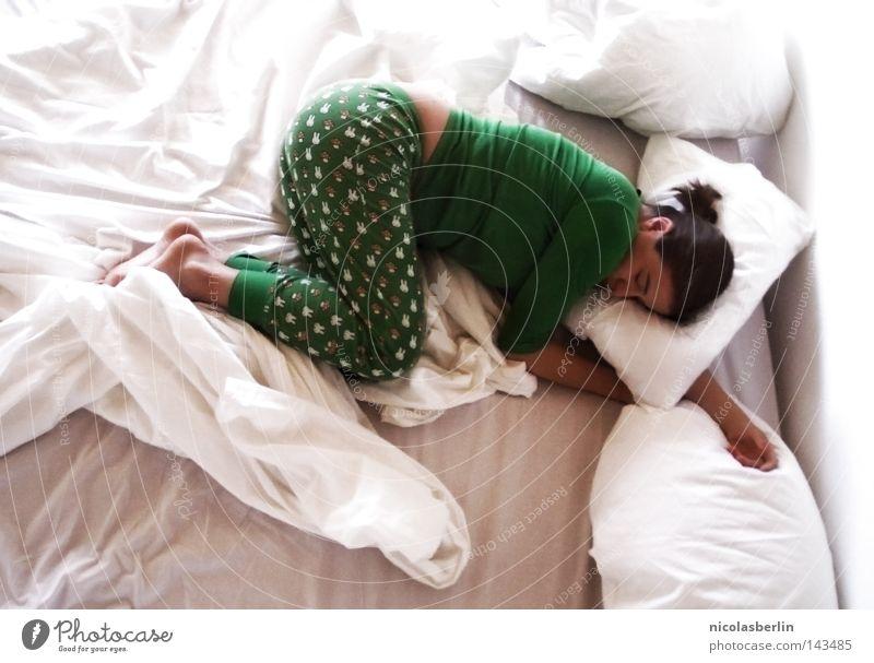 Excesso de Fofura Frau liegen flach Knockout Müdigkeit schlafen Pause Erholung harmonisch Bett Kissen Bettlaken Halbschlaf träumen Sonnenstrahlen Zufriedenheit
