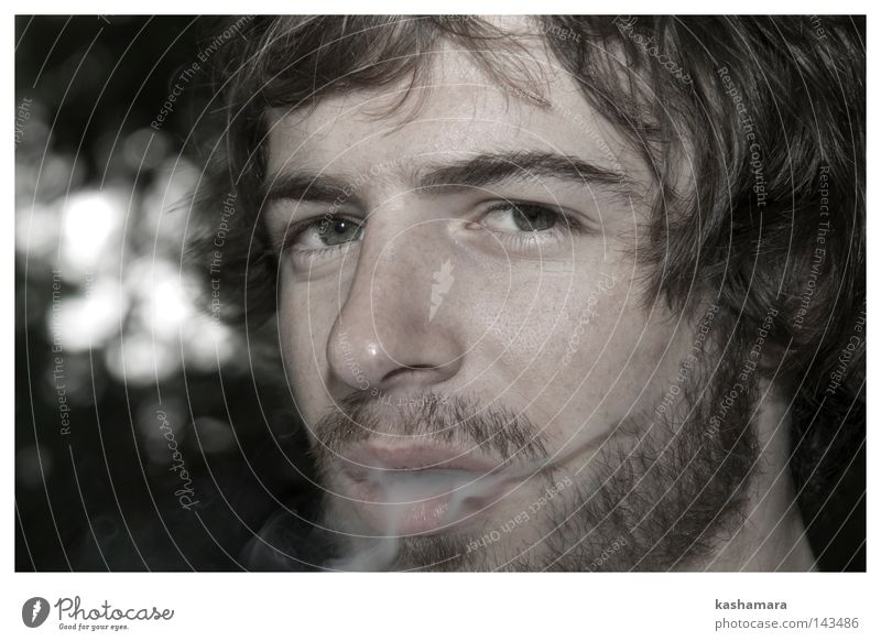 Tobi Gesicht Mensch maskulin Mann Erwachsene Bart 1 brünett Locken Dreitagebart Vollbart Rauch Rauchen Sucht Farbfoto Außenaufnahme Nahaufnahme Dämmerung