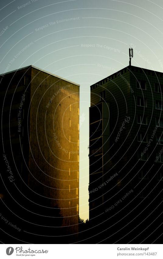 Twin Peaks. Haus Plattenbau Hochhaus Stadt Vorstadt Reflexion & Spiegelung Abendsonne Sonnenuntergang Abenddämmerung Stimmung Balkon Pelargonie Blume Fenster