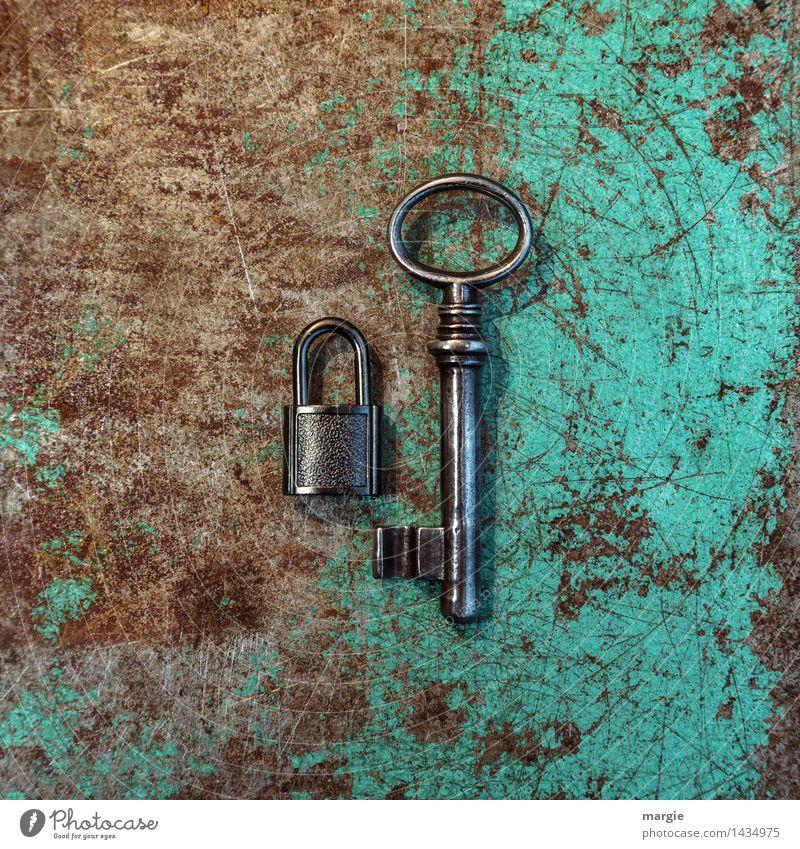 Ein ungleiches Paar im Q-Format: kleines Schloss mit großem Schlüssel auf rostigen Metall Arbeit & Erwerbstätigkeit Beruf Handwerker Arbeitsplatz Baustelle