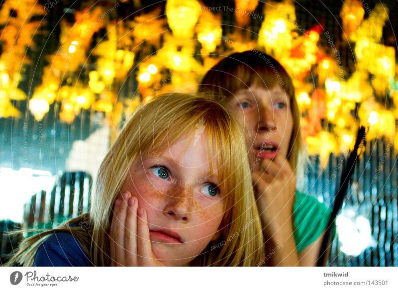 Tochter und Mutter Mädchen Frau Trauer Licht Lichterscheinung Orange Konzentration Aussehen Rätsel blond rothaarig Spiegel Lichtquelle Blitzeffekt Traurigkeit
