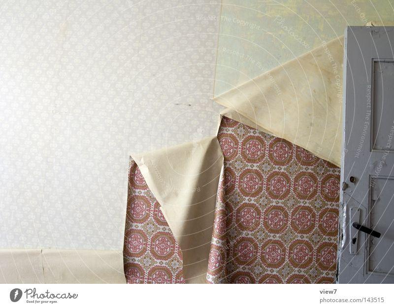 Tapetenwechsel Örtlichkeit Raum Wand Boden Bodenbelag Decke Tür Eingang Ausgang Schimmelpilze Fleck gefleckt scheckig gebraucht gebrauchen verwendet