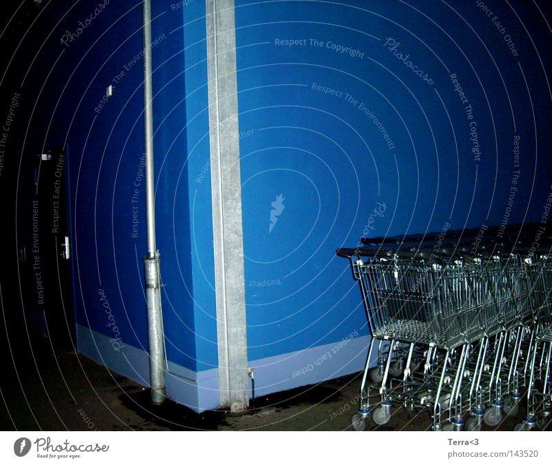 Blau. Ladengeschäft Wand dunkel blau dreckig Einkaufswagen rollen schieben Einkaufskorb Schlitz Nacht 3 Metall Metallwaren Eisenrohr Tür Sicherheit geschlossen